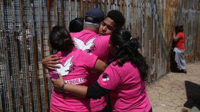 Reencuentro de inmigrantes en la frontera sur de EE.UU.