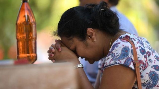 শ্রীলংকার একটি চার্চে নিহতদের স্মরণে প্রার্থনারত এক নারী