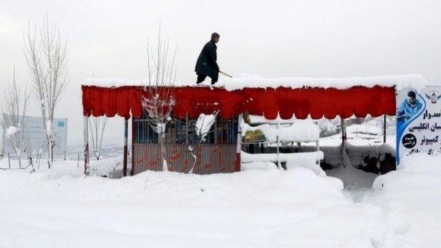 بعض أسقف المنازل سقطت بسبب حجم الثلج