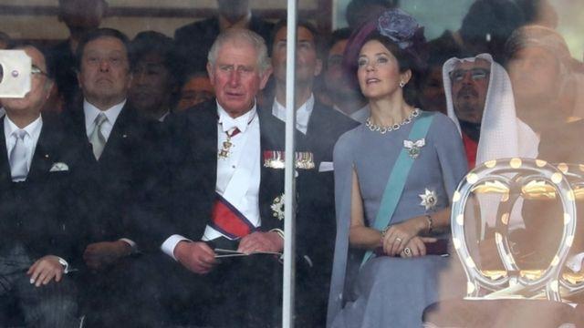 即位礼正殿の儀に出席した、イギリスのチャールズ皇太子とデンマークのメアリ皇太子妃(22日、皇居)