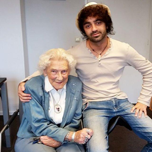 Marty Weulink, de 91 años, junto al estudiante universitario Sores Duman en la residencia en Deventer, Holanda