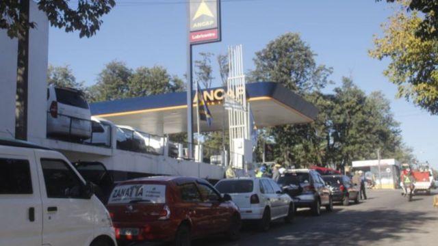 Carros em posto de gasolina uruguaio