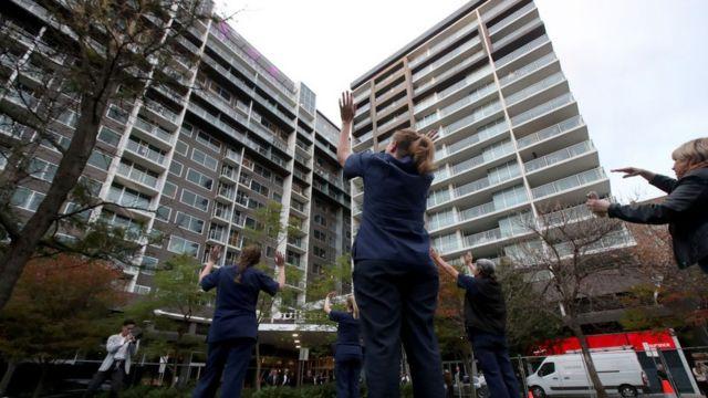 澳大利亚成功实施了对所有国际旅客进行14天强制隔离的措施,当中大多数在酒店进行。该国对每周入驻隔离酒店的国际旅客人数进行总量控制。(photo:BBC)
