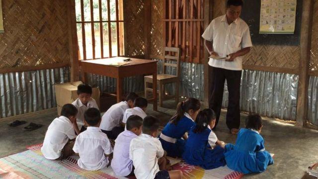স্কুলে শিক্ষক পড়াচ্ছেন