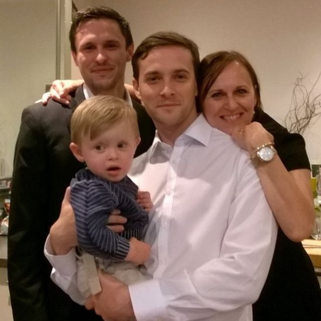 Oliver Dearlove junto a su madre, hermano y sobrino.