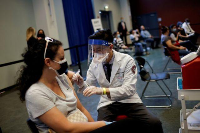 Una mujer recibe la vacuna de Johnson & Johnson en Chicago.
