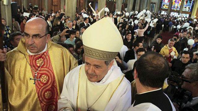 El obispo de la sureña ciudad de Osorno, Juan Barros, cuando asumió en 2015 en medio de protestas.