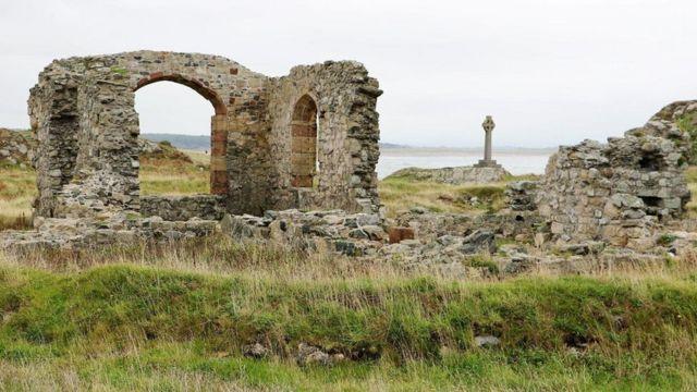 لا تزال جزيرة لاندوين غير المأهولة تحتضن بعض الأطلال التي تشهد على وجود القديسة دوينوين