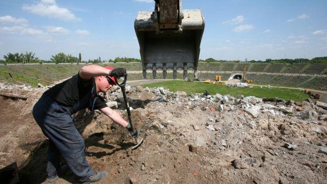 Рабочий на строительстве стадиона в Варшаве, фото для иллюстрации