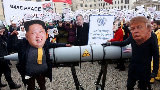 Protesta contra armas nucleares usando de forma irónica las tensiones entre Corea del Norte y Estados Unidos.