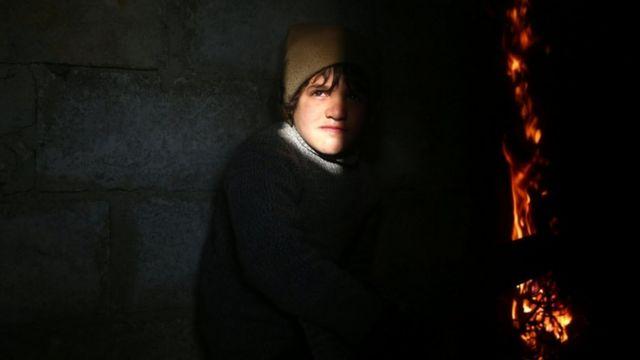 طفل في حي دوما الخاضع لسيطرة المعارضة في سوريا