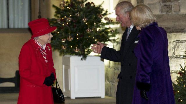 Kraliçe, aile üyeleri ile sarayda verilen sosyal mesafeli bazı davetlerde biraraya geldi