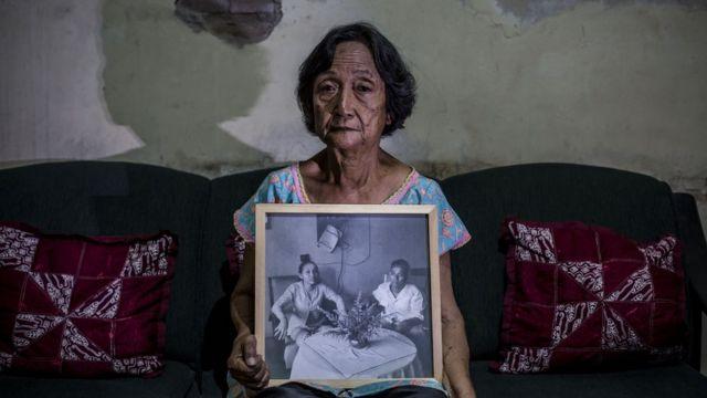 Sri Muhayati, de 75 anos, cujo pai foi executado durante a repressão