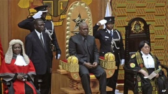 John Dramani Mahama ke zaune a kujera a lokacin da ake rantsar da shi a matsayin shugaban kasa a 2012