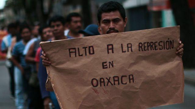 Los maestros hacían una huelga en contra la reforma de la educación y para exigir la liberación de 2 de sus líderes en la Ciudad de México.