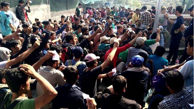 Migrantes esperando en campo de refugiados