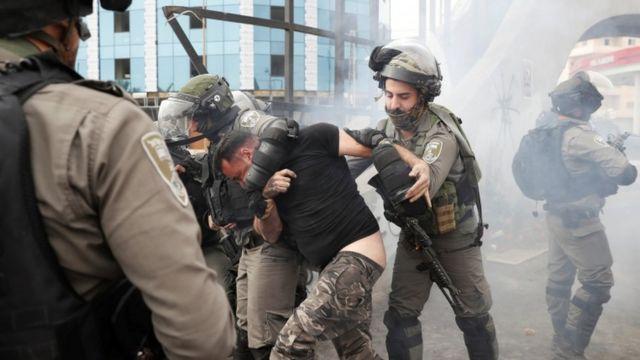 الجيش الإسرائيلي يعتقل فلسطينيا في الضفة الغربية المحتلة خلال احتجاجات الجمعة.