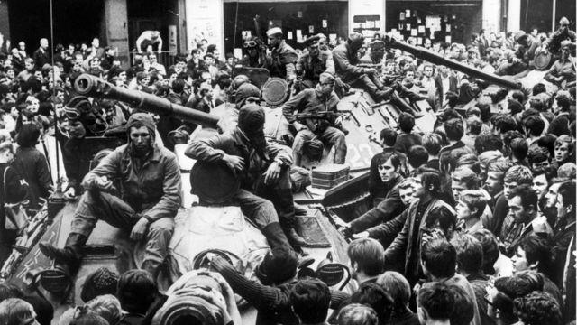 """Người dân Prague xúm quanh xe tăng Liên Xô hôm 21/8/1968. Quân đội Liên Xô và năm quốc gia tham dự Hiệp ước Warsaw trấn áp cải cách được gọi là """"Mùa xuân Prague"""" ở Tiệp Khắc cũ."""