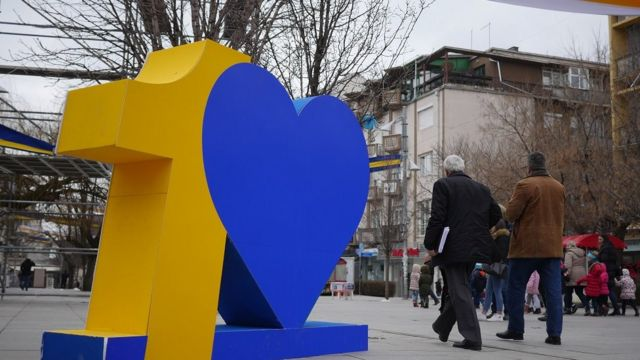 A statute of the number 10, with a heart shape taking the space of 0 in the number, to celebrate Kosovo's 10th birthday.