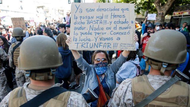 Manifestante protesta en una movilización frente al Congreso en Valparaíso