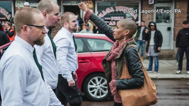 Une image devenue une icône de la résistance face à la montée de l'extrême droite en Scandinavie et à travers l'Europe.