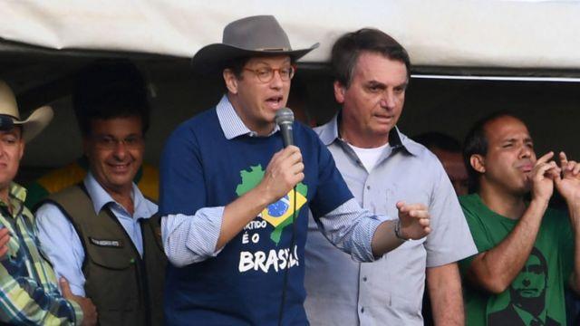 Çevre Bakanı Salles, Devlet Başkanı Bolsonaro ile birlikte.