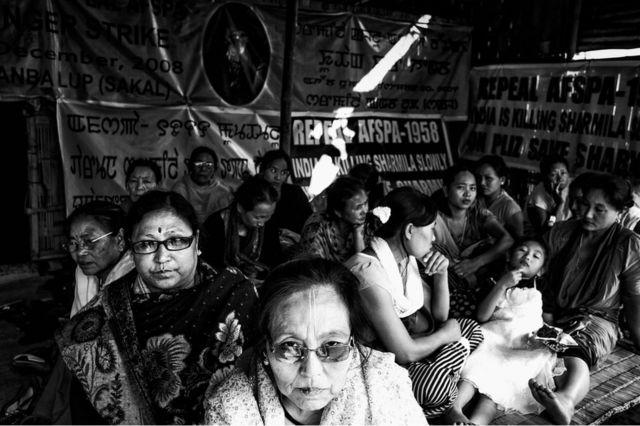 Местные женщины-активистки выразили солидарность с Иром Шармилу и символически голодали 4 часа. Фото сделано 4 ноября 2013 года