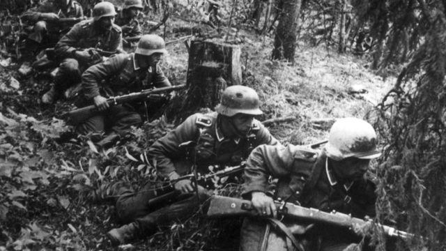 Soldados alemanes avanzan en Leningrado durante la Segunda Guerra