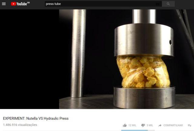 Vídeo no YouTube mostra pacote de pipocas em prensa hidráulica