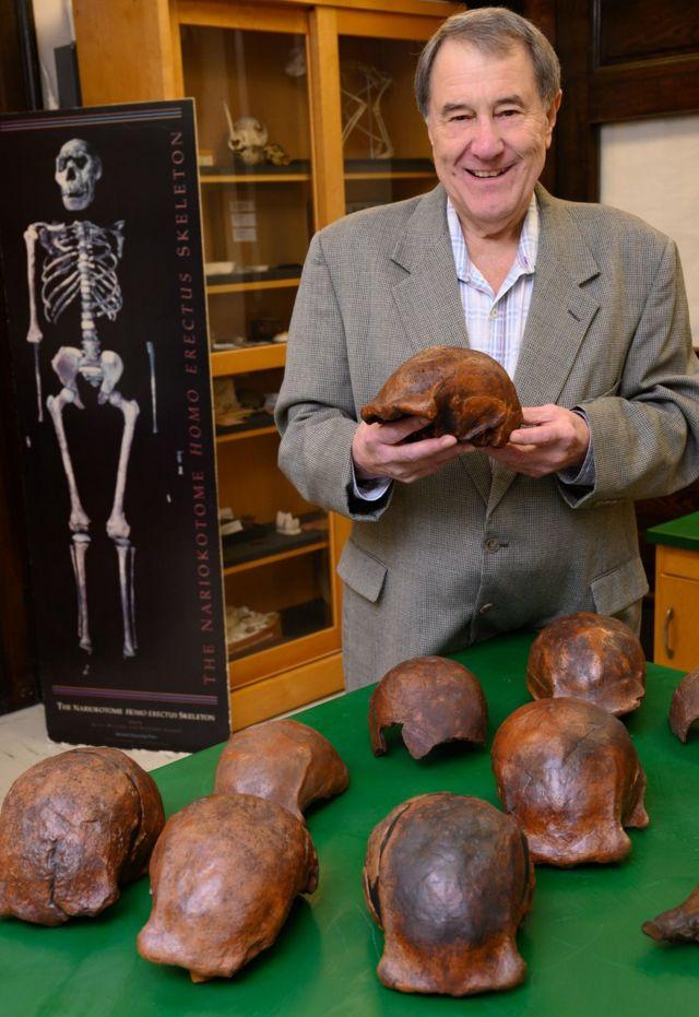 Russell Ciochon com réplicas dos crânios