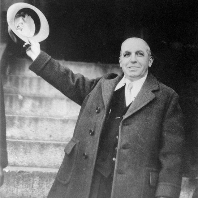 En 1934, Ponzi salió de la cárcel pero en vez de la libertad, le esperaba un proceso de deportación.