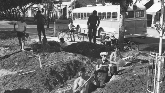 A group of men build shelters in Tel Aviv, June 1967