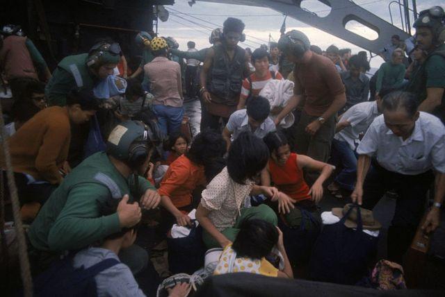 Người Việt tị nạn leo lên một tàu chiến của Mỹ trong tháng Tư năm 1975 tại Biển Đông gần Sài Gòn.