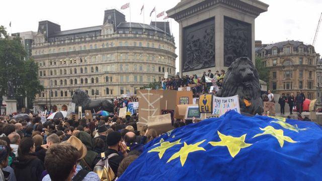 Протестующие на постаменте колонны Нельсона
