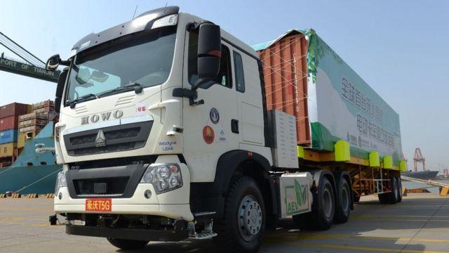 Caminhão autônomo transporta contêiner durante teste no porto de Tianjin