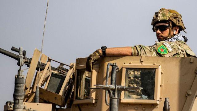 """صورة لجندي أمريكي يضع شعار ميليشيا """"وحدات حماية المرأة"""" على ذراعه"""