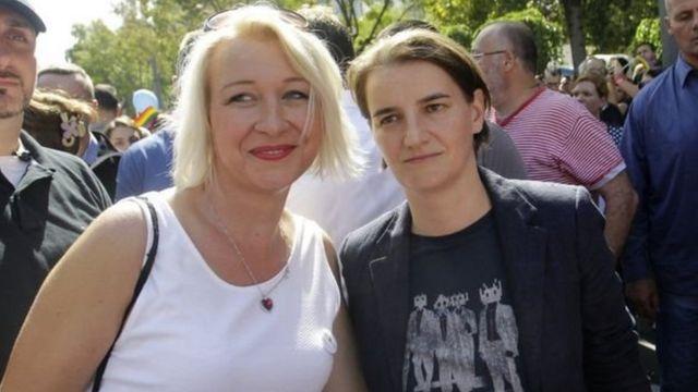 Ms Brnabic (a dama) tare da Helena Vukovic (tsohon sojan Serbia), da ta koma mace daga namiji