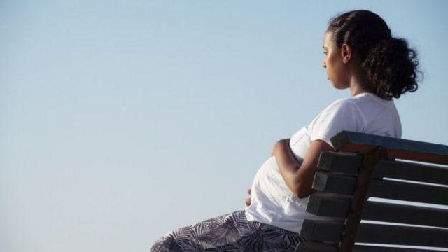 NHS (National Health Service), le système de santé national britannique, cherchent à savoir pourquoi y-a-t-il un taux plus élevé de mortalité maternelle chez les Noirs au Royaume-Uni.