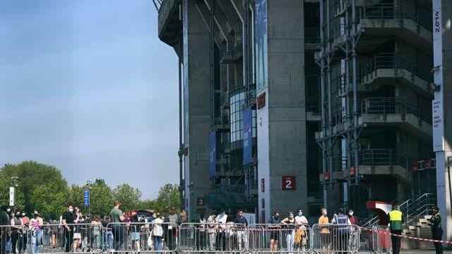 Pessoas fizeram fila do lado de fora do estádio de rúgbi de Twickenham, em Londres, para uma vacina contra Covid