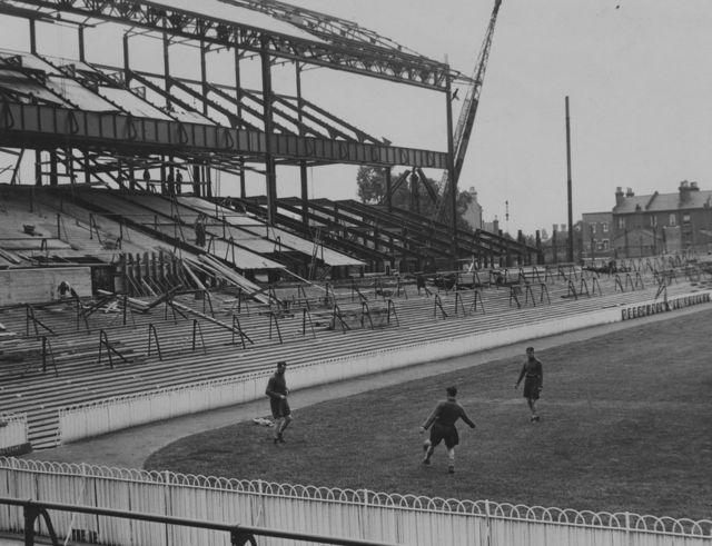 Prvu tribinu na stadionu Totenhema Lič je izgradio 1909. godine