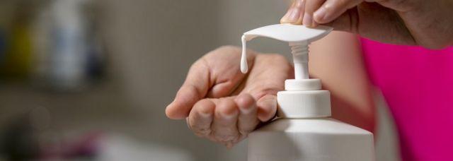 Žena stavlja šampon na ruku