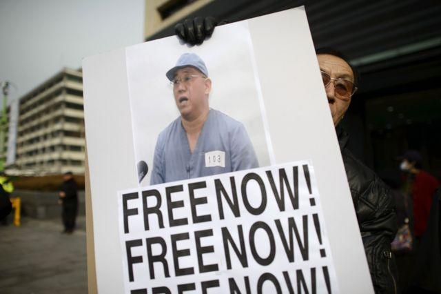 ケネス・バエ解放を訴えるプラカードを掲げる活動家