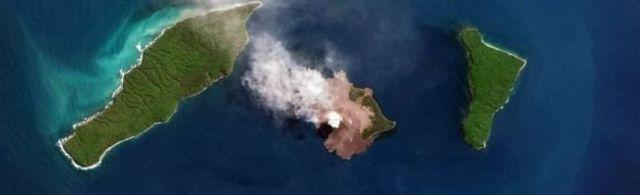ภาพถ่ายทางอากาศเผยให้เห็นภาพการปะทุของภูเขาไฟ อะนัก กรากาตัว เมื่อเดือน ส.ค. ที่ผ่านมา