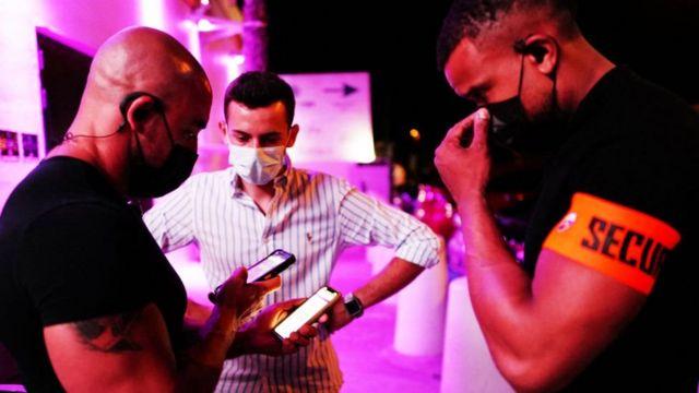 gece kulübü önünde aşı sertifikası kontrolü