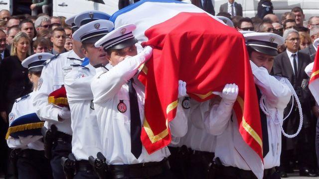 Enterro de policial morto por militante do Estado Islâmico em junho