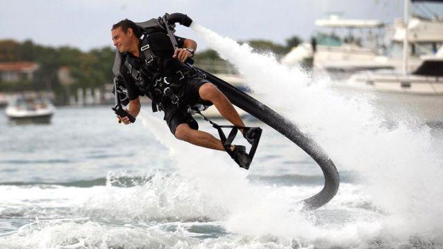 От транспорта будущего к пляжному развлечению: водометы гидроранца JetLev нагнетают воду через 10-метровый шланг высокого давления и создают тягу, достаточную, чтобы поднять человека в воздух