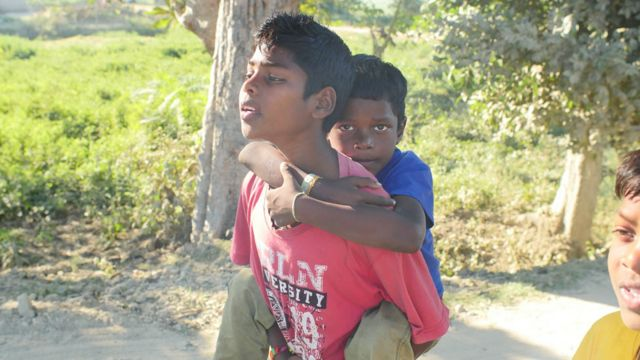 Akash只能讓哥哥背著