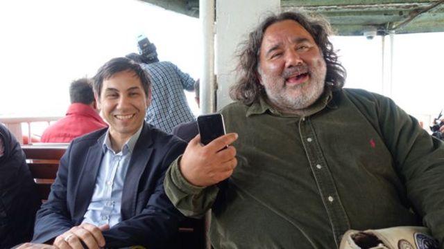 یوروک ایسیک (راست) با دوستش، دوریم یایلالی، سوار بر قایقی در تنگه بسفر