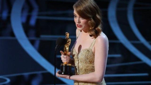 最佳女主角獎獲得者艾瑪·斯通在台上向多名女演員前輩致敬