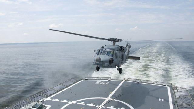 कॉम्पैक्ट होने की क्षमता की वजह से यह हेलिकॉप्टर जहाज़ पर कम जगह लेता है.
